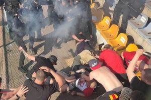 На футбольном матче чемпионата Украины в Кривом Роге болельщики напали на арбитра