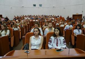 Борис Філатов зустрівся з дніпровськими випускниками, котрі претендують на медалі