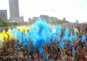 В Днепре на День молодежи создали флаг Украины из красок холли