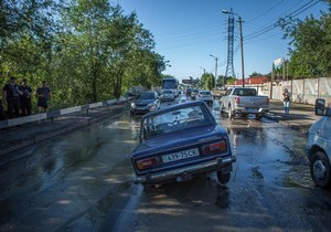 После ремонта водопровода на улице Павлова автомобиль ВАЗ провалился под землю