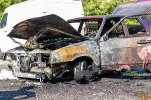 В Днепре на стоянке горел автомобиль ВАЗ