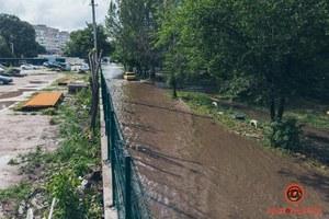 В Днепре после дождя затопило улицу на Левобережном