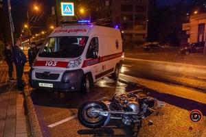 В Днепре на Сичеславской Набережной мотоциклист сбил двух пешеходов
