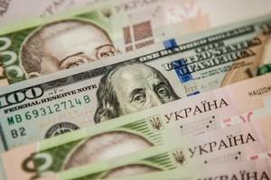 Украинцы несут валюту в банки: сколько долларов купили и продали