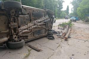 В Днепре на Любарского Mazda «зацепила» грузовик и перевернулась: пострадал водитель