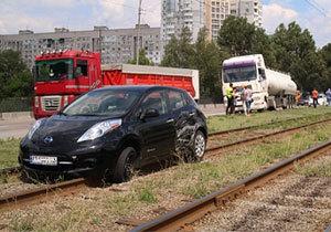 На Донецком шоссе электрокар Nissan выбросило на трамвайные пути
