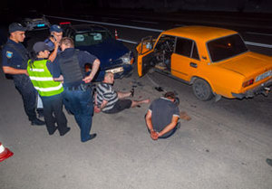 На Калиновой двое мужчин на ВАЗе, убегая от полиции, врезались в «Славуту»