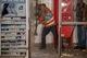 В центре Днепра коммунальщики разгромили лотки с шаурмой и кофе
