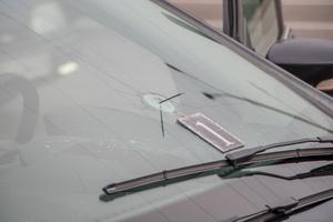 В Днепре на Набережной на ходу выстрелили в лобовое стекло автомобиля Ford