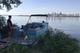 В Днепре добрый мужчина возит на катере с левого берега: пенсионерам бесплатно, люди восхищаются