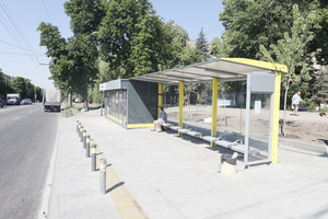 У Дніпрі встановлюють сучасні зупинкові комплекси