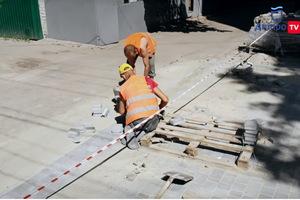 В Днепре на проспекте Поля укладывают новую тротуарную плитку