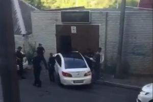 Погоня и ДТП на Гоголя в Днепре: Chrysler сбил мусорные баки и врезался в гараж (момент ДТП)