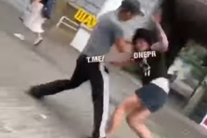 В центре Днепра мужчина зверски избил женщину. Прохожие проходили мимо