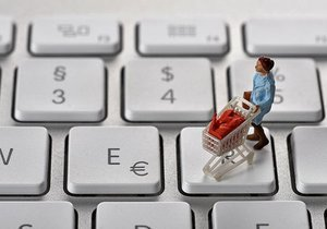 Украинцы массово уходят за покупками в сеть: что и где заказывают