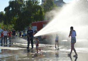 Сегодня на Фестивальном причале в Днепре спасатели будут обливать всех желающих из брансбойта