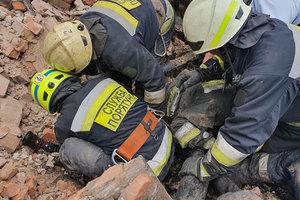 В Днепре на Вокзальной горел дом: на спасателей обрушилась крыша