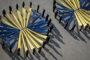 «Живой» флаг взвился возле ДГУВД: 100 курсантов устроили яркое действо