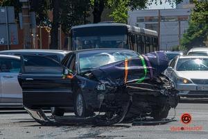 В Днепре на Набережной в аварию попал свадебный кортеж (момент ДТП)