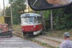 В Днепре трамвай 5-го маршрута сошел с рельсов и врезался в столб