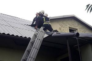На Днепропетровщине спасатели сняли ребенка с крыши дома