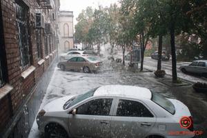 В Днепре прошла буря с градом: в центре повалило деревья