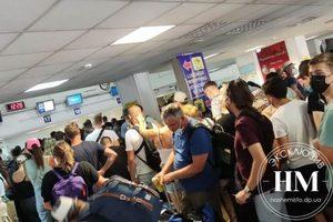 Сотни людей без воды и пищи: туристы из Днепра застряли в аэропорту Ираклиона