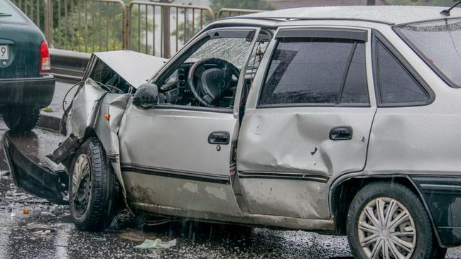 В Днепре на Старом мосту столкнулись Chevrolet и Daewoo: пострадал мужчина