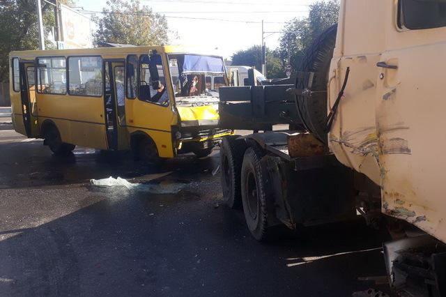 Одна машина вщент, ще принаймні шість пошкоджено: під Києвом сталася масштабна аварія за участю фури - Цензор.НЕТ 9526