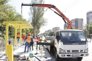 Безопасность пешеходов: на Запорожском шоссе устанавливают новые остановки общественного транспорта