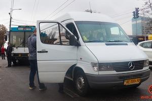 В Днепре на Паникахи столкнулись троллейбус и маршрутка №155: пострадала женщина
