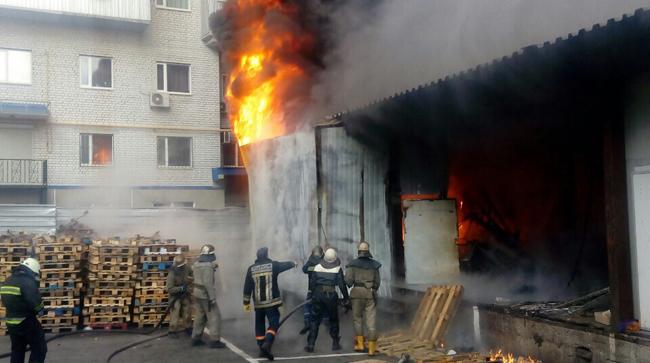 ВДнипре полыхали склады торгового центра