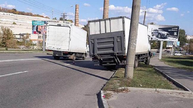 На Космической грузовик сбил трех пешеходов на переходе: погибла девушка
