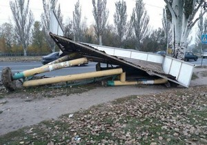 В Днепре на Донецком шоссе грузовик «снес» остановку