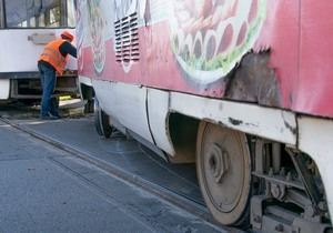 В Днепре на пересечении улиц Святослава Храброго и Воскресенской трамвай сошел с рельсов