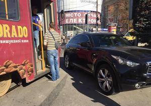 В центре Днепра припаркованный Infiniti парализовал движение электротранспорта