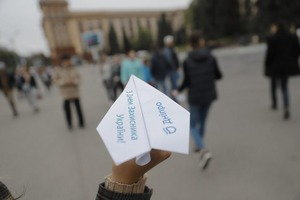 Полтысячи бумажных самолетиков подарили днепрянам в центре города ко Дню защитника Украины