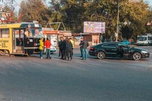 В Днепре на улице Каруны трамвай столкнулся с Volkswagen Passat