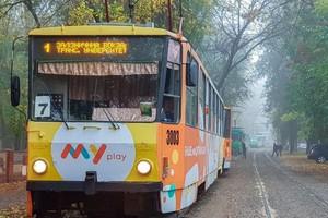 В Днепре трамвай №1 сошел с рельсов и «срезал» ствол дерева