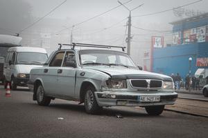 В Днепре на 12-м квартале водитель «Волги» потерял сознание и врезался в припаркованные автомобили