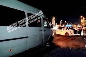 В Днепре на проспекте Ивана Мазепы женщина выбежала под колеса маршрутки: пострадавшую забрала скорая
