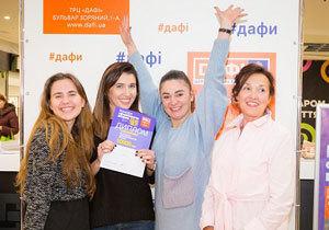 В первом в Украине Конкурсе оформителей витрин в Днепре победили работа с одним воздушным шаром