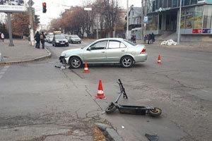 На проспекте Гагарина Nissan сбил мужчину на электросамокате