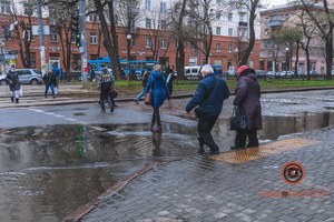 В Днепре на проспекте Яворницкого прорвало трубу: вода заливает пешеходный переход