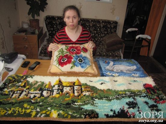 Нікопольчанка Наталя Сарана створює чарівні килими, незважаючи на хворобу
