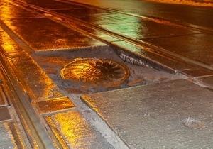 В Днепре на Чернышевского провалился люк: несколько машин повредили диски