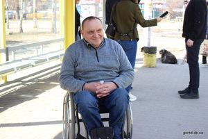 Людям с инвалидностью в подъезде прокололи колеса коляски