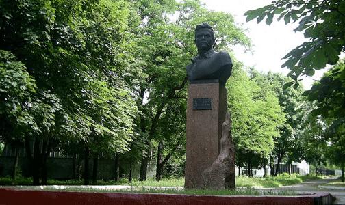 Что посмотреть - Подпольщику И.П.Клюеву памятник