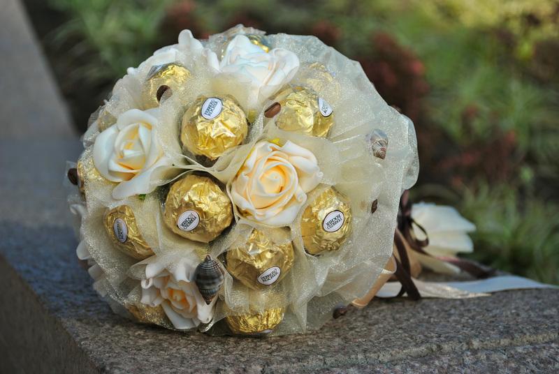 Букет из живых цветов с конфетами