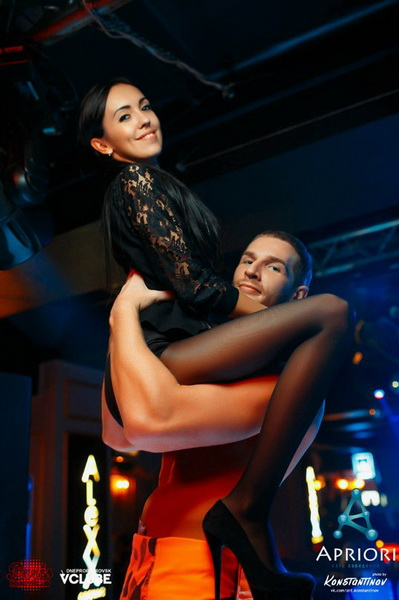 Девушка танцует в чулках колготках в клубе видео, неверная жена спалилась перед мужем секс